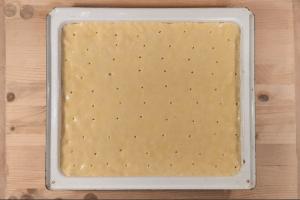 Gluténmentes almáslepény sütése