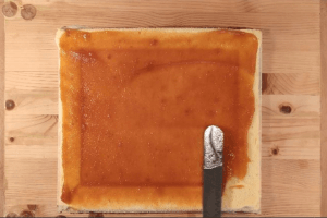 Gluténmentes piskótatekercs betöltése sárgabaracklekvárral