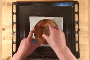 Vegán sajttortához kekszes alap tömörítése