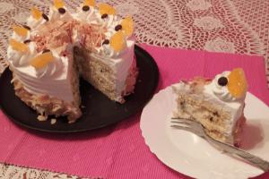 Oroszkrém torta díszesen tálalva